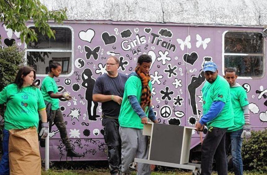 Großen Einsatz zeigen die Helfer erneut beim Freiwilligentag. Auf dem Gelände des TiB entrümpeln ...