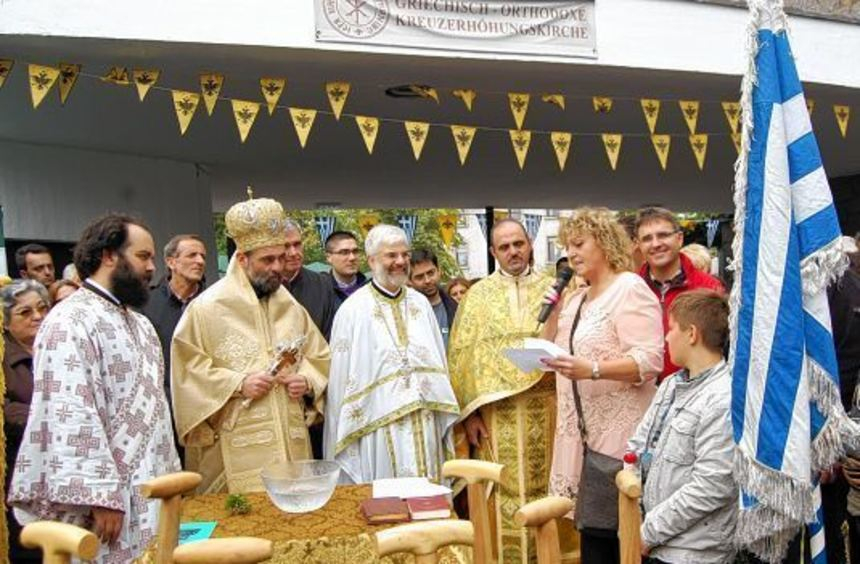 Andrea Safferling wünschte Erzpriester Georgios Basioudis (3. von links) und der Gemeinde, dass der ...