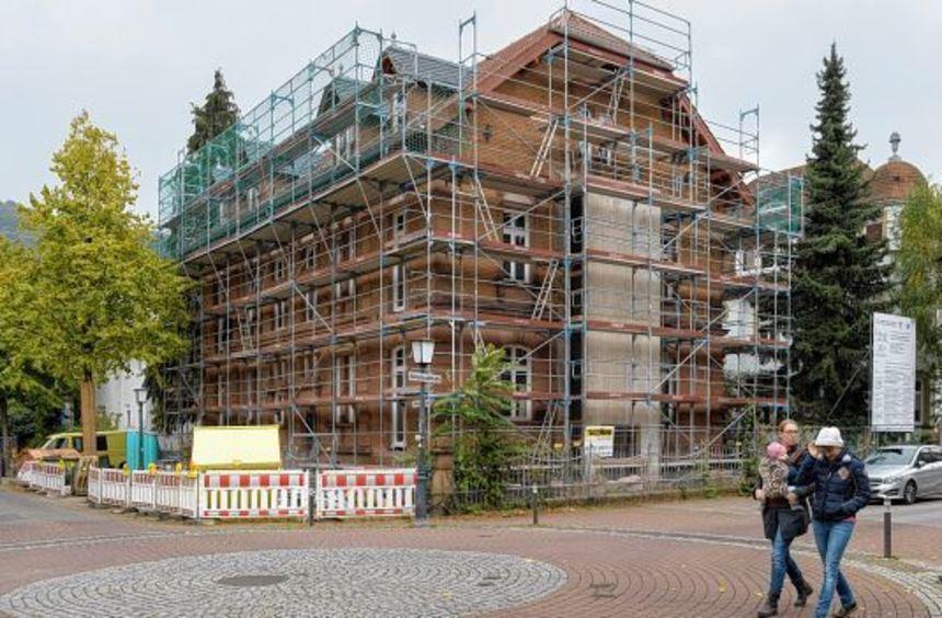 Noch steht das Gerüst, doch Ende des Jahres soll die Sanierung fertig sein - so dass das Hospiz ...