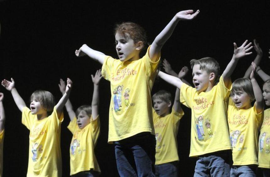Auf der Bühne aktiv: der Kinderchor. Bild: Tröster
