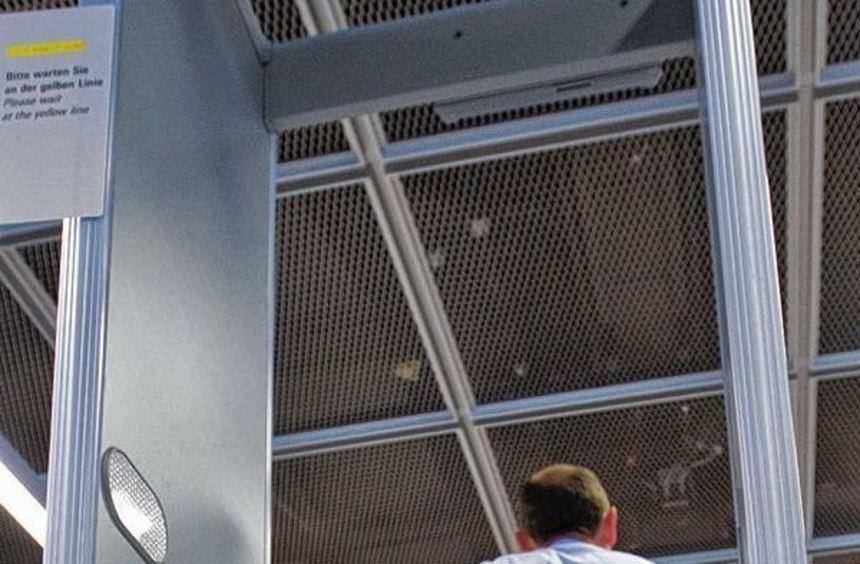 Fünf Metalldetektoren dieser Machart (im Bild eine Kontrollstelle des Frankfurter Flughafens) ...