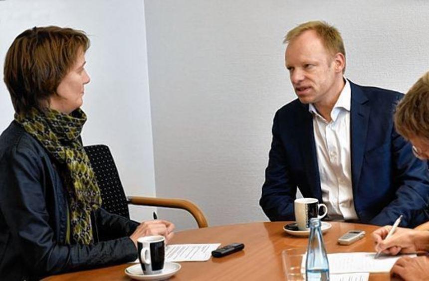Clemens Fuest (Mitte) im Gespräch mit unseren Redaktionsmitgliedern Melanie Ahlemeier und Michael ...