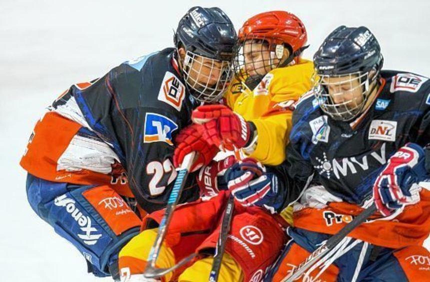 Gemeinsam sind sie stark: Jungadler-Kapitän Lukas Kälble (links) nimmt mit seinem Teamkollegen ...
