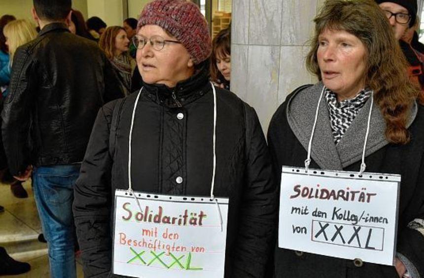 Waltraut Hutter und Carmen McCloskey (v.l.) von der Gewerkschaft ver.di warben gestern im ...