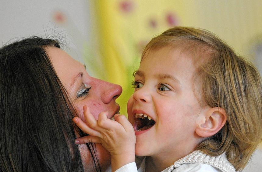 Die kleine Frieda scherzt bei ihrem Besuch im Klinikum Fulda mit ihrer Mutter Yvonne.