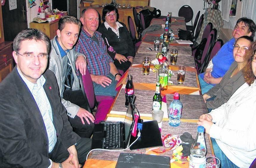 Stefan Fulst-Blei (li.) diskutierte unter anderem mit Julian Marx (2.v.l.) und Jenny Bernack ...