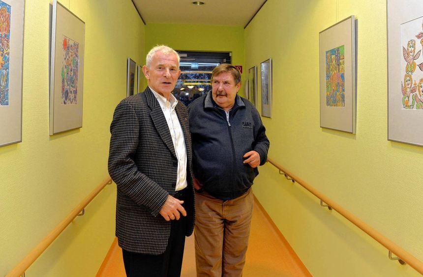 Künstler und Heimbewohner Horst Ihrig (rechts) erläutert Franz Pfeifer seine Bilder.