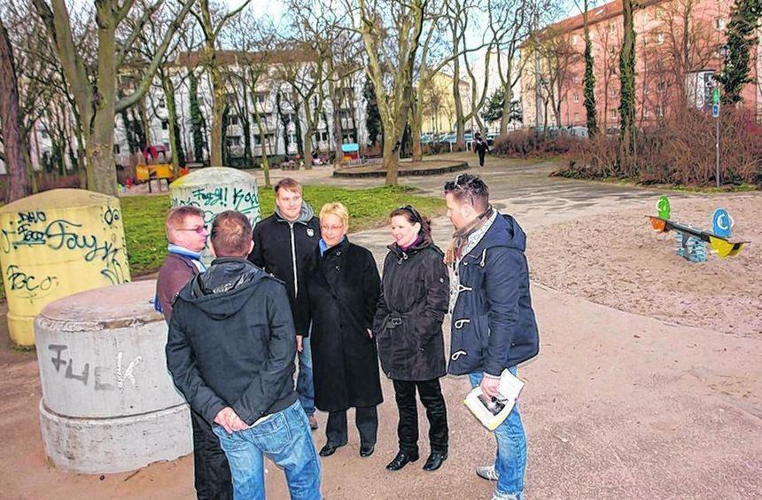 """""""Extrem betonorientiert"""" sei der Spielplatz an der Roxheimerstraße, stellten Kommu-nalpolitiker der ..."""