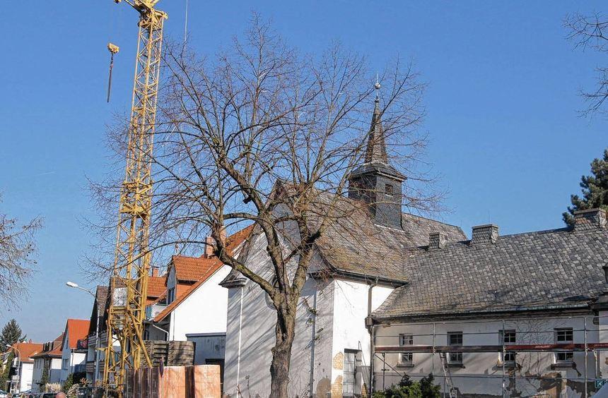 Ein Baukran weist auf den Beginn der Bauarbeiten für die Erweiterung der Friedhofskapelle in ...