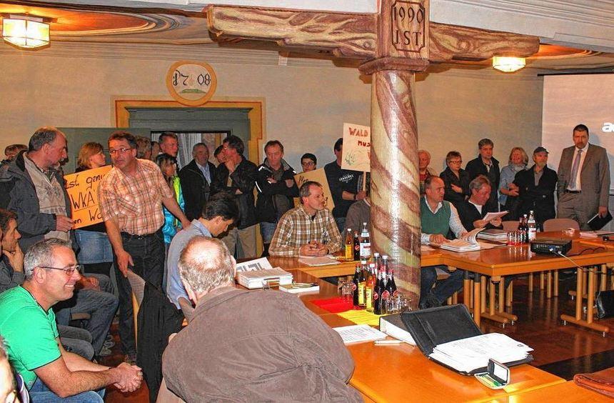 Proppenvoll war am Montag der Sitzungssaal im Königheimer Rathaus. Viele Bürger mussten stehen oder ...