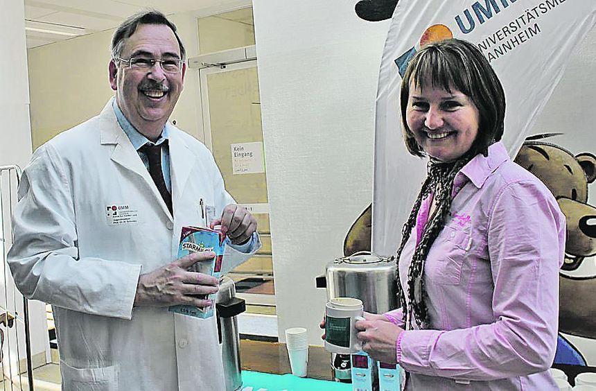 Der Direktor der Kinder- und Jugendklinik, Prof. Horst Schroten, schenkt Kaffee aus, um auf die ...