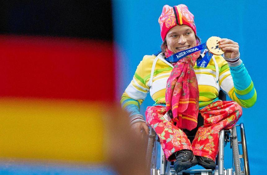 Anja Wicker (Mitte) gewann im Biathlon über zehn Kilometer in der sitzenden Klasse - und konnte es ...