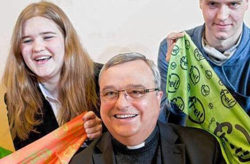 Mit diesem Pilgertuch im Koffer fährt Bischof Wiesemann nach Rom.