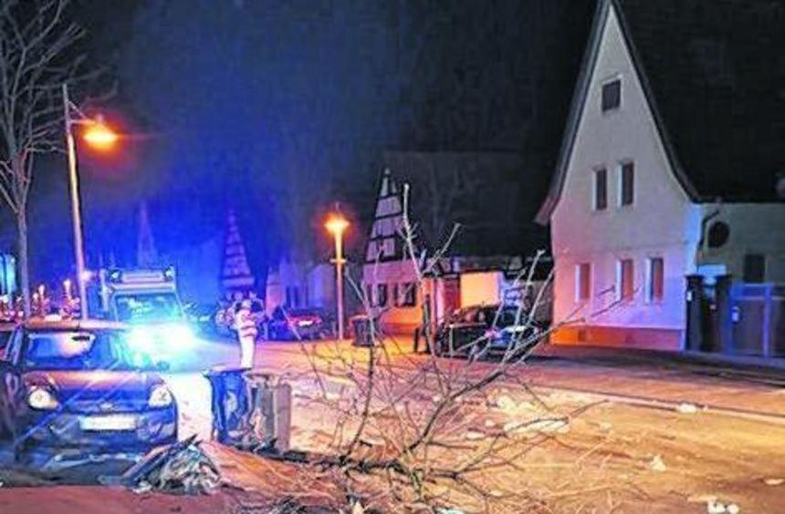 Dieser Baum hatte gegen den Autofahrer keine Chance.