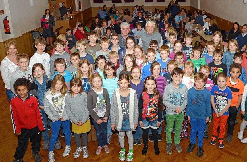 Im Kolpinghaus wurden die Sportabzeichen an 95 Jugendliche - unser Bild - sowie 91 Erwachsene ...