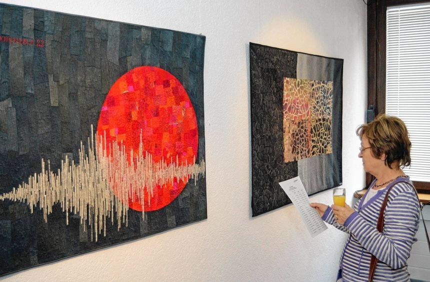 """Quilt-Künstlerinnen der Gruppe """"Glashaus"""" stellen zurzeit in der Galerie am Markt ihre textilen ..."""