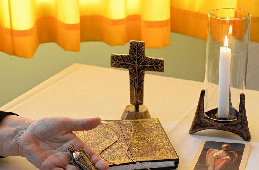 Kerzenlicht, Bronzeengel und Holzkreuze aus der sogenannten Schatzkiste sollen im Moment des ...
