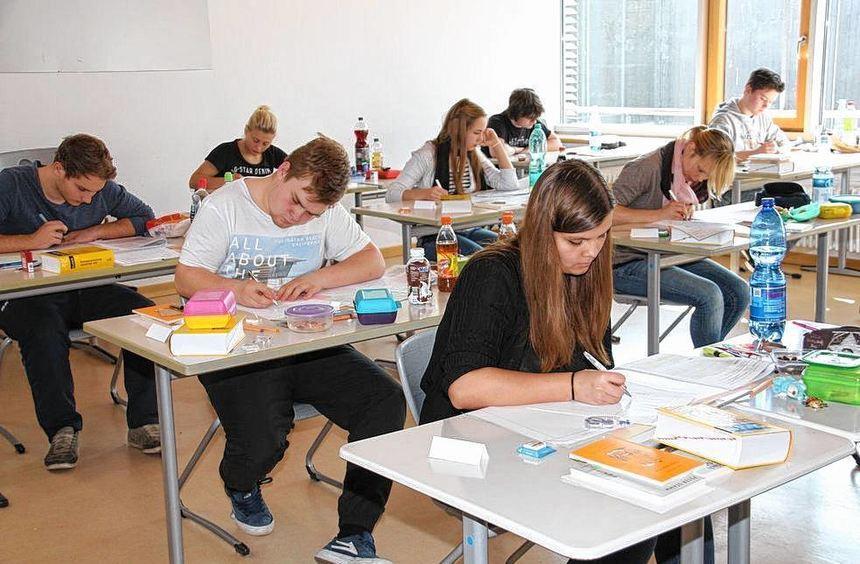 An den Gymnasien haben die Abiturprüfungen begonnen.