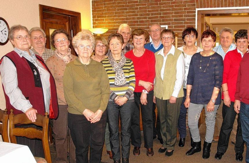 Bei der Hauptversammlung des OWK in Gadernheim wurden fleißige Wanderer ausgezeichnet (linkes ...