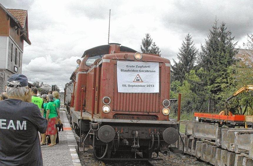 Einfahrt: Beim Bahnhofsfest in Gerabronn fährt erstmals wieder ein Zug ein. Viele Zeitgenossen ...