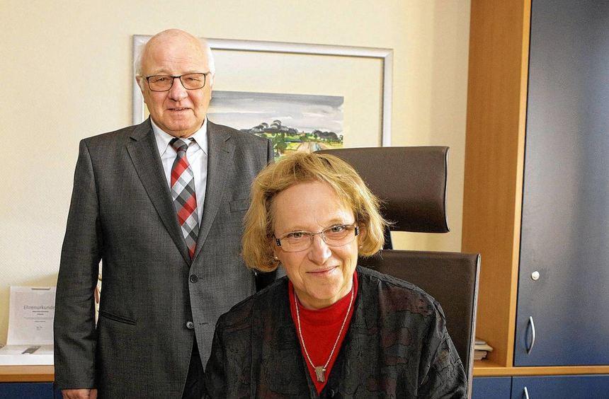 Im Amtszimmer von Helmut Baust trug sich Regierungspräsidentin Nicolette Kressl ins Goldene Buch ...