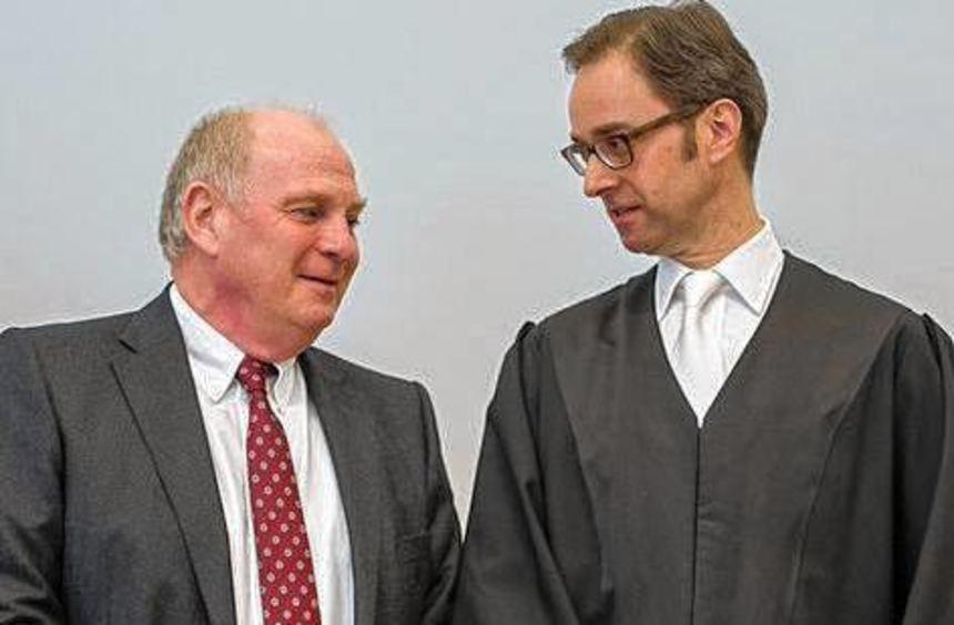 Uli Hoeneß (links) mit seinem Anwalt Markus Gotzens.