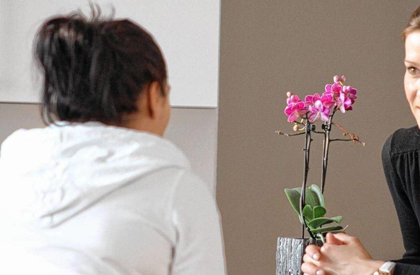 """Hilfe bei der Suche nach einem Neuanfang: """"Amalie""""-Leiterin Julia Wege (re.) berät Frauen, die aus ..."""
