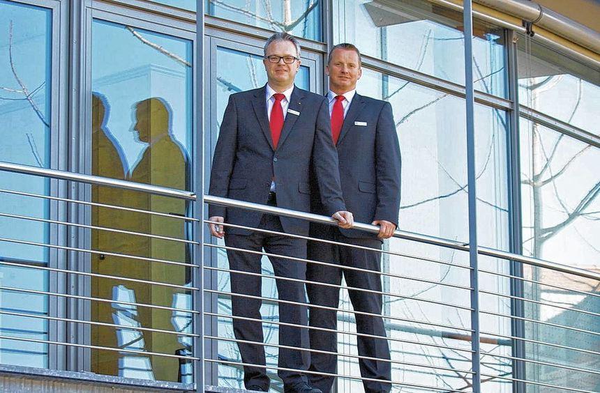 Jürgen Schüdde, Vorstandsvorsitzender der Sparkasse Starkenburg(rechts), und sein Kollege Manfred ...