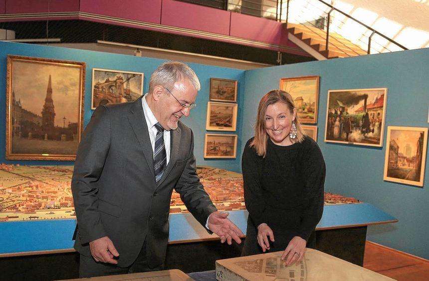 """""""Die beiden Lithographiesteine passen perfekt zum Stadtmuseum"""", freut sich die Leiterin Regina ..."""