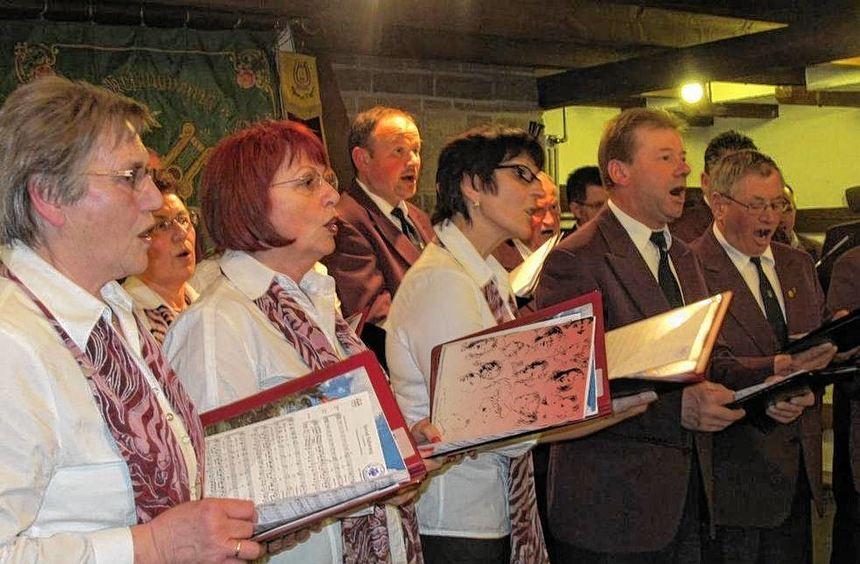 Begeistert zeigten sich die Zuhörer von den Liedvorträgen des Gesangvereins Liederkranz Reinsbronn, ...