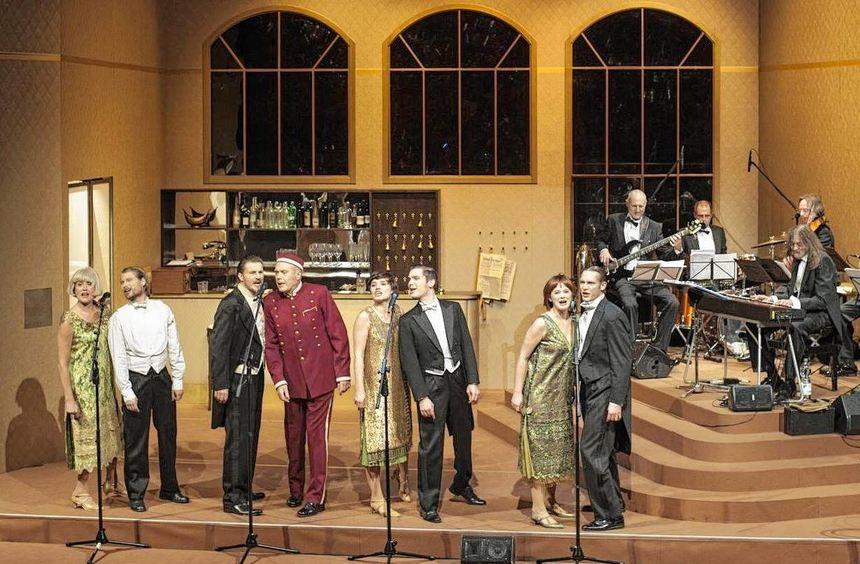 Treffpunkt Hotel Deutschland: Mit viel Live-Musik werden die goldenen Zeiten dargestellt, in denen ...