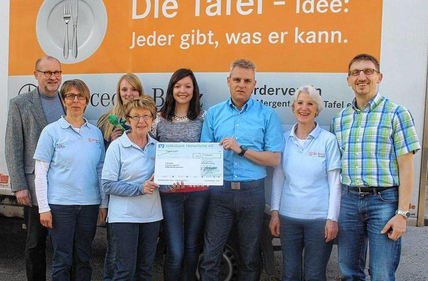 Freude bei den Mitarbeiterinnen der Bad Mergentheimer Tafel. Unser Bild zeigt (von links) Wolfgang ...