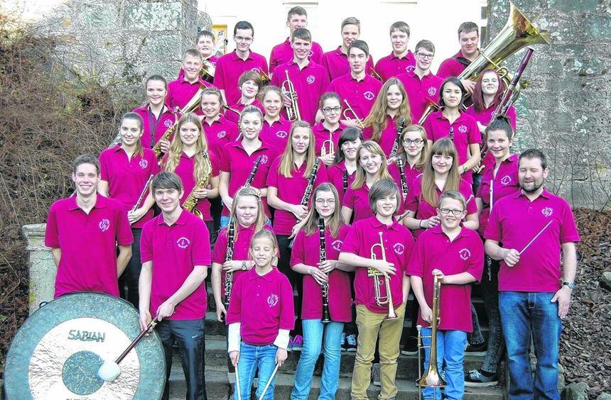Das Röttinger Jugendensemble und das Jugendorchester Sulzfeld mit ihrem Leiter Oliver Hummel.