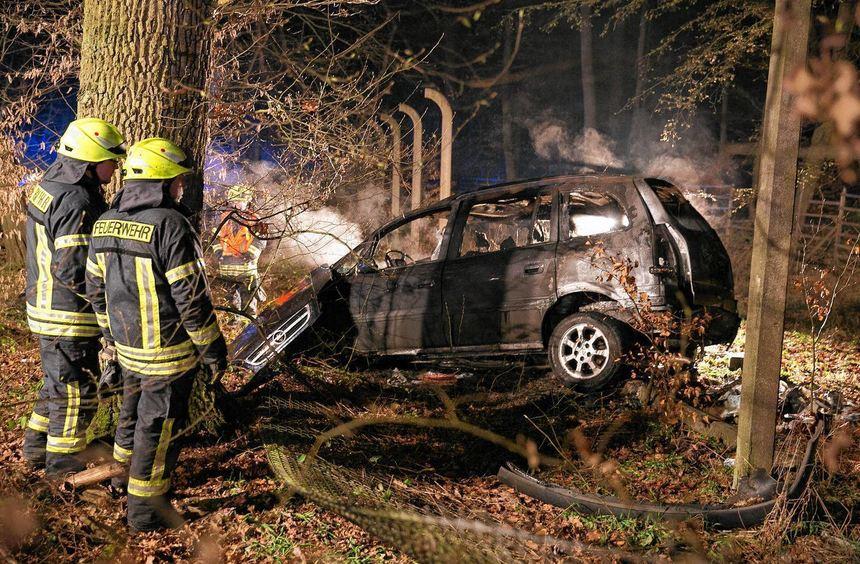 Nach dem Zusammenprall mit einem Wildschwein wurde eine Autofahrerin in ihrem brennenden Fahrzeug ...