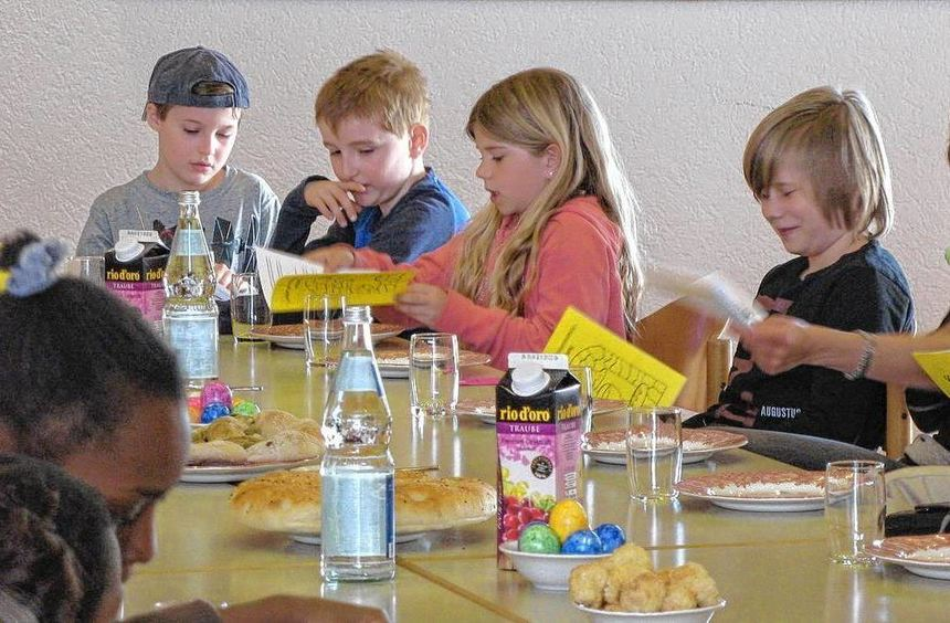 Kinder und Eltern singen auf der Agape-Feier im Saal der Bartholomäusgemeinde. Brot, Traubensaft ...