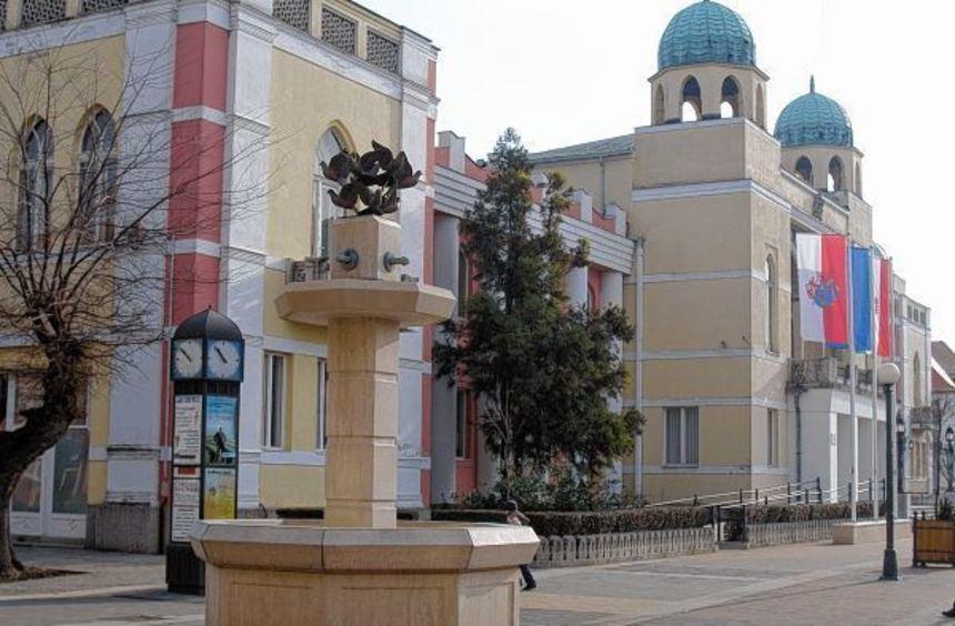 Das orientalisch gehaltene Rathaus von Mohács (links) und die typische Verkleidung für Busójárás ...