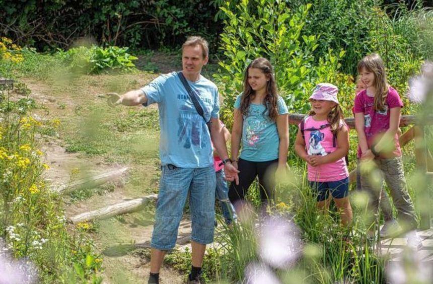 Aufmerksam hielten die Besucher im Naturschutzzentrum am Samstag Ausschau nach den verschiedensten ...