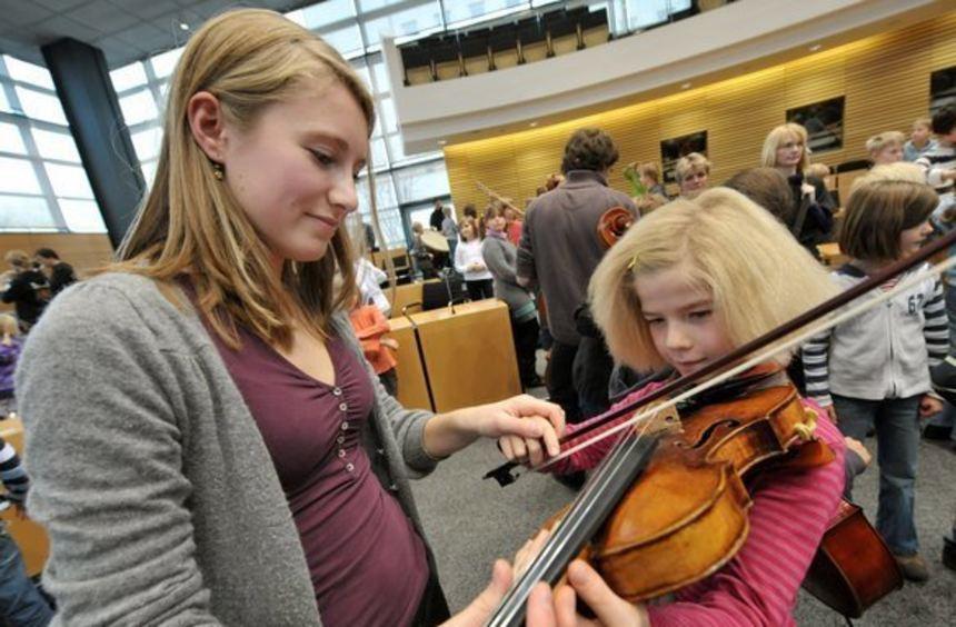 Die Erste Konzertmeisterin des Orchesters des Musikgymnasiums Belvedere aus Weimar, Johanna ...