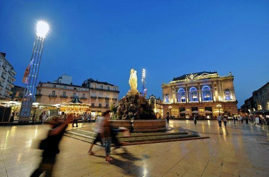 Der Place de la Comédie mit dem Brunnen der drei Grazien und der Oper (rechts) ist der zentrale ...