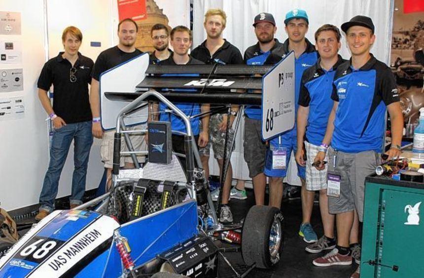 Ihr ganzer Stolz: Die Studenten der Hochschule Mannheim zeigen ihren selbst gebauten Formelwagen.