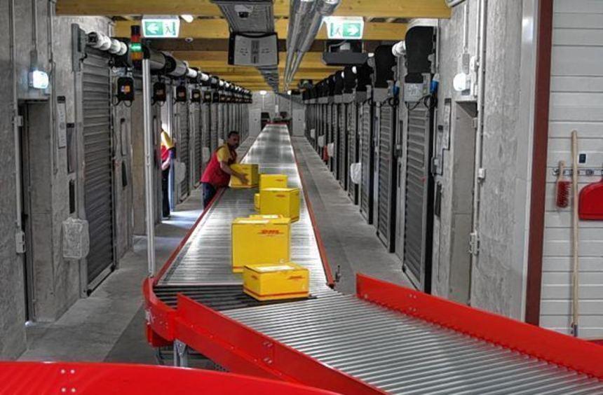 Über vollautomatische Bänder gelangen die Sendungen zu den jeweiligen Verladetoren im Neubau. Dort ...