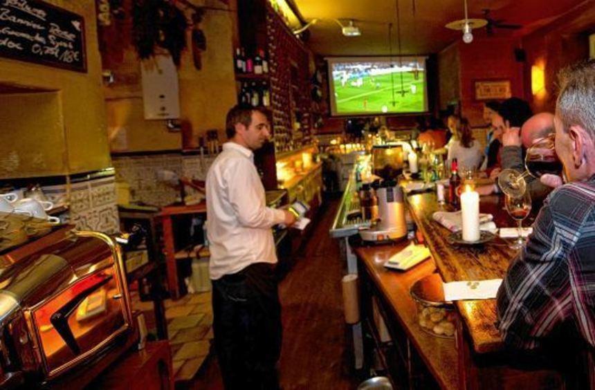 Gemeinsam in der Kneipe Fußball schauen, wie hier in München, macht vielen Fans mehr Spaß als zu ...