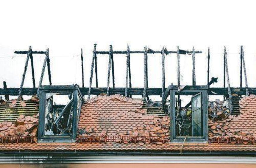 Der am Wochenende in Brand gesetzte Dachstuhl der geplanten Flüchtlingsunterkunft im sächsischen ...