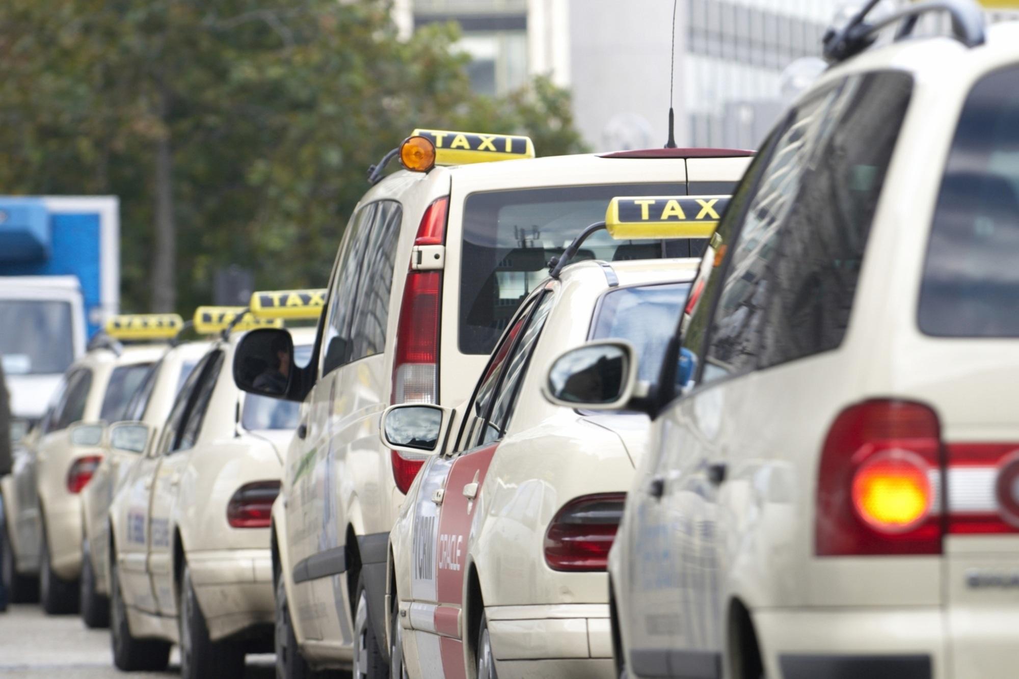 Taxis gegen Uber und Co. - Gericht verbietet Fahrdienste