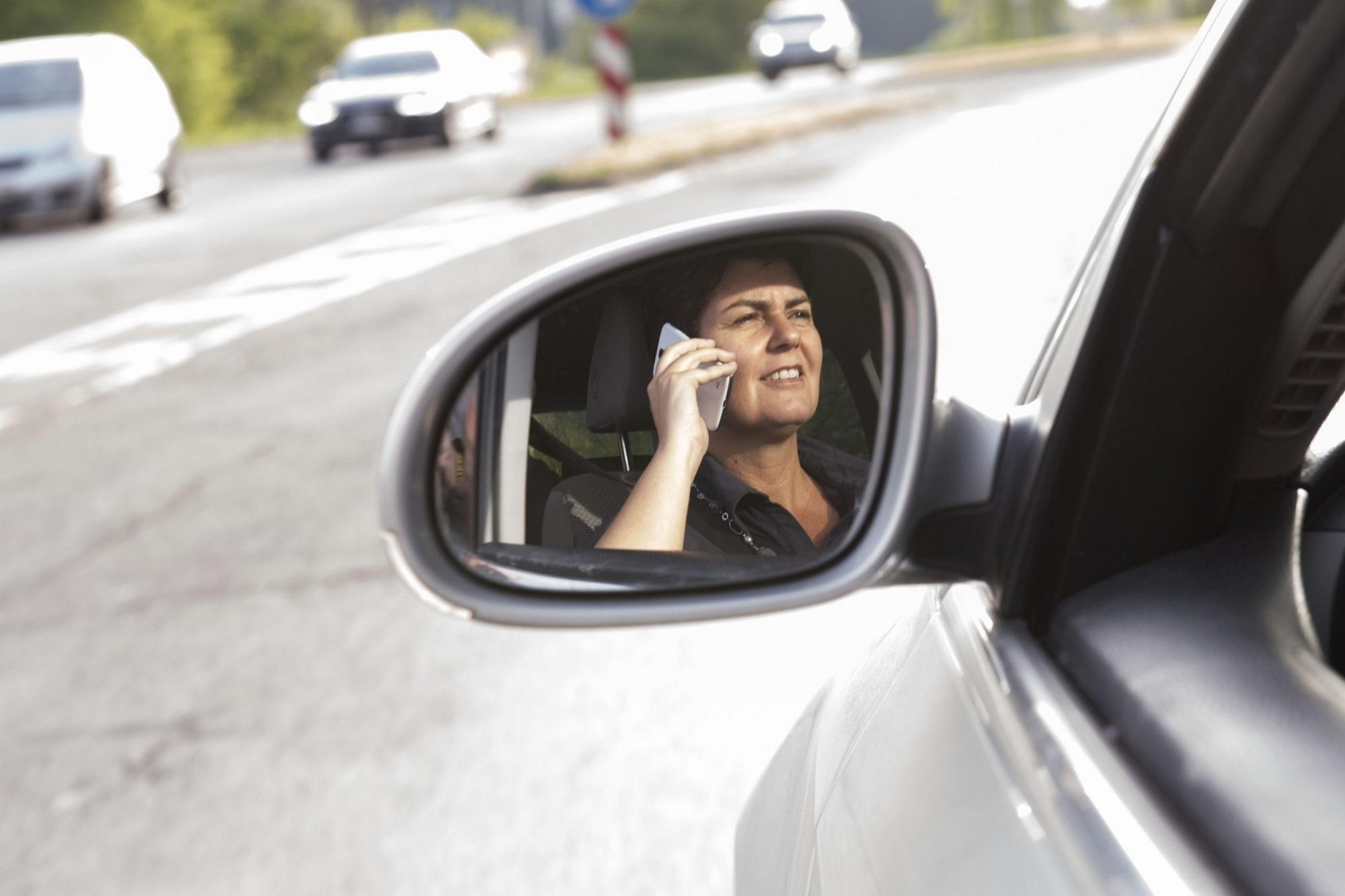 Recht: Telefonieren am Steuer - Handy am Ohr im Auto erlaubt – mit Start-Stopp-Funktion