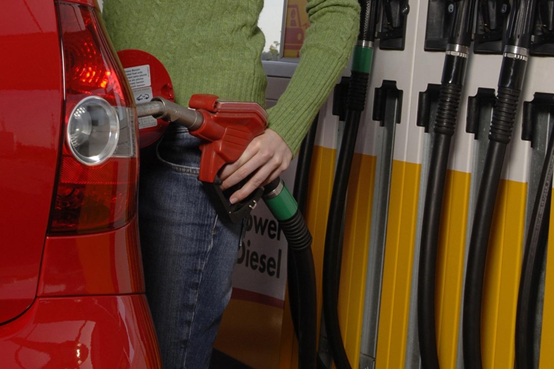 Diesel günstig wie lange nicht mehr - Billig-Sprit bremst E-Autos aus