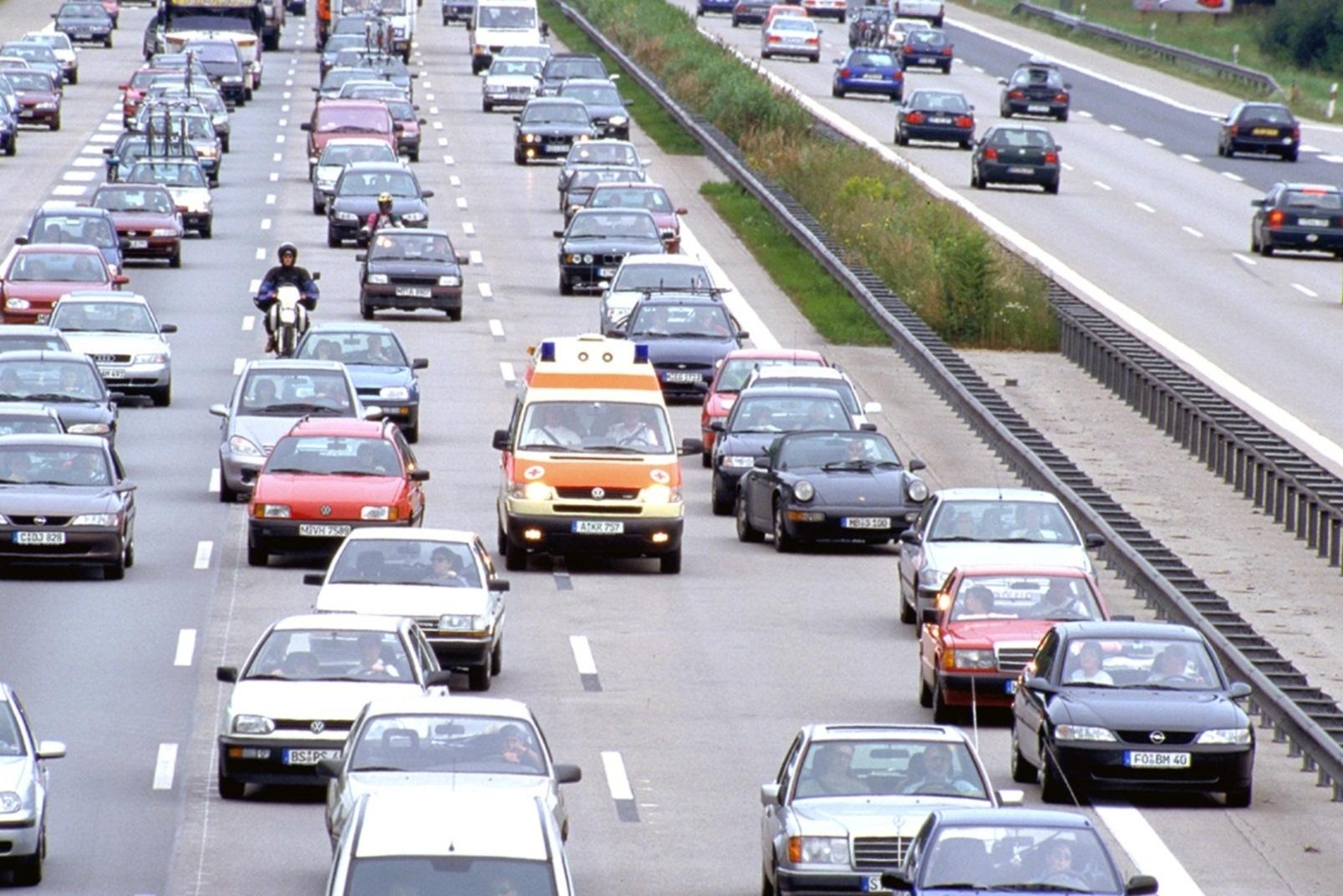 Ratgeber: Verhalten bei Blaulicht-Fahrzeugen im Einsatz - Nur nicht den Weg versperren