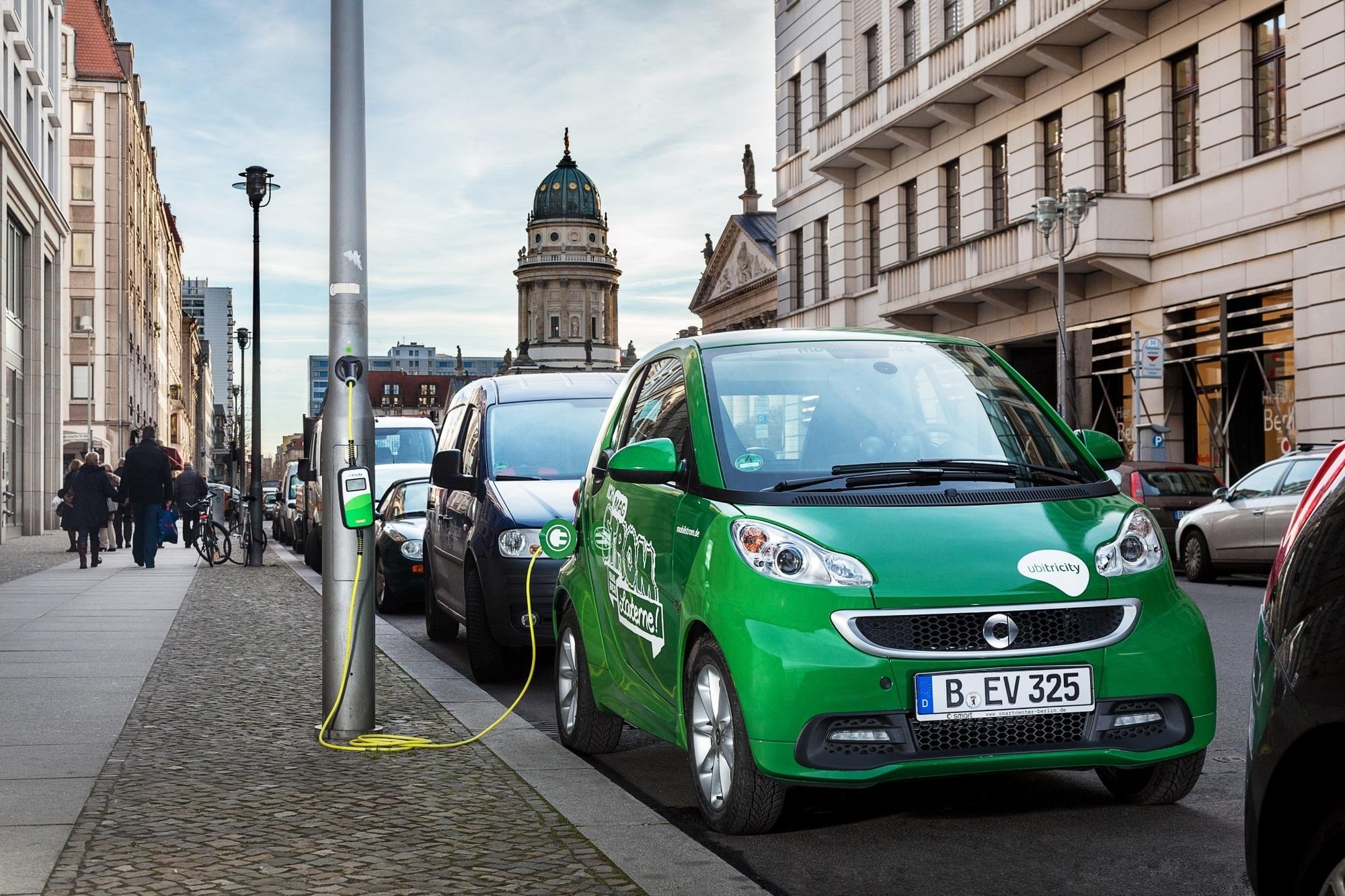 Elektroauto auf der Straße laden - Laternen zum anzapfen