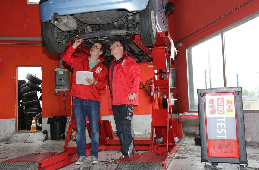 Abgefahrene Reifen und defekte Bremsen? Damit käme hierzulande kein Autoverleiher durch. Auf einer ...