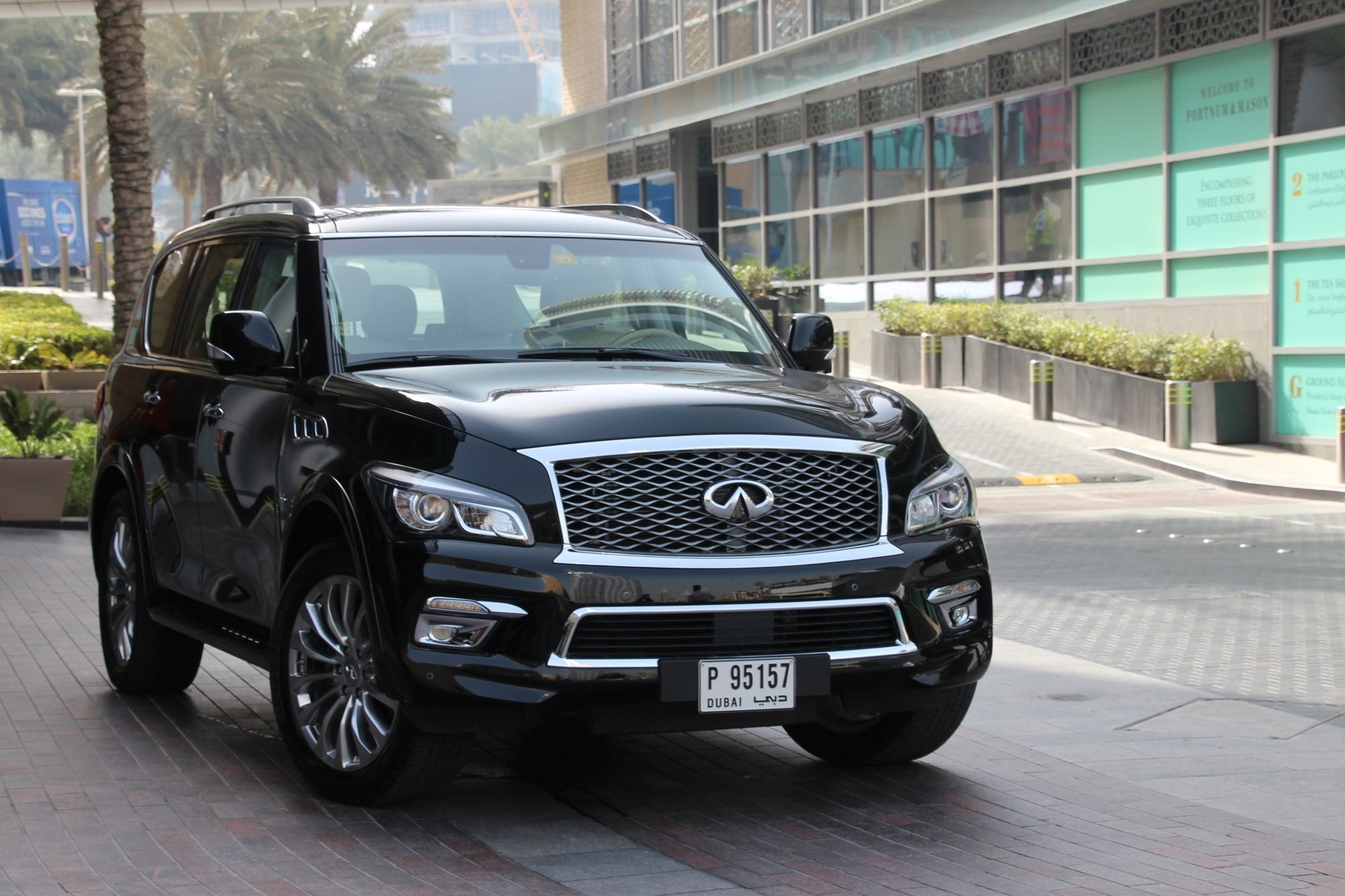 Panorama: Mit dem Infiniti QX80 durch die Emirate - Nashorn im Smoking